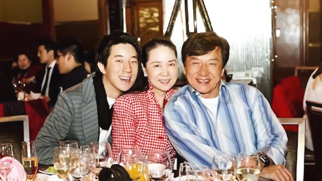 成龙妻子林凤娇罕见现身 66岁的她穿着朴素气质佳
