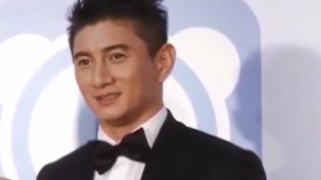 吴奇隆与粉丝合影女粉丝挽手果断拒绝,表示已有老婆,网友:甜.