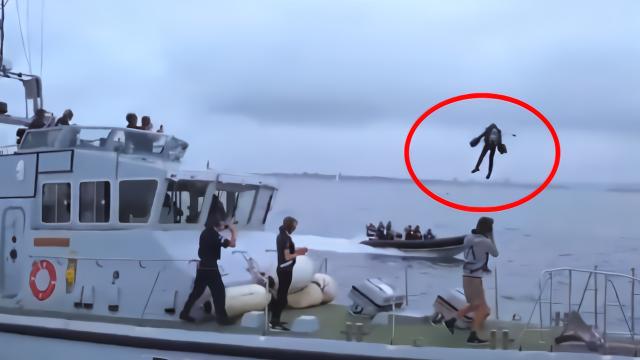 酷!英国发明家穿自制飞行套装秀小艇起降 水面飞行来去自如