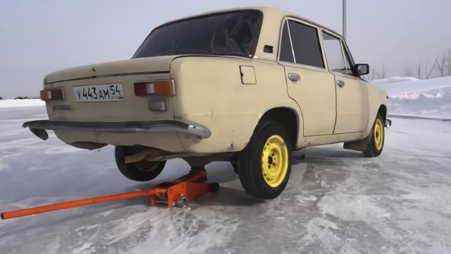 汽车没了变速箱也能跑吗?看俄罗斯大叔的改装,真怕他车毁人亡