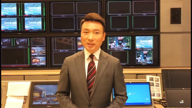 央视直播失误再添一分:康辉挖鼻孔被全程直播,网友:人非圣贤
