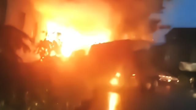峨眉山多车相撞致1死8伤 现场引发大火