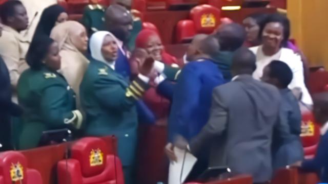 """肯尼亚女议员带婴儿进议会被""""赶出""""  现场男女议员""""吵翻天"""""""