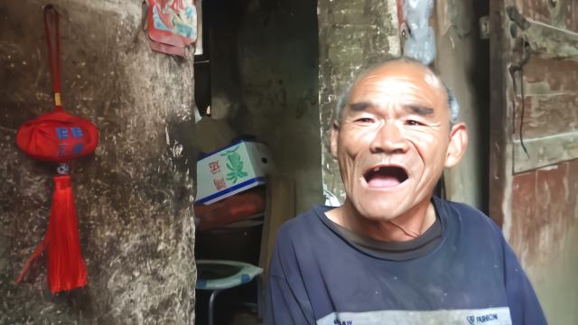 农村卧地大爷看到了谁 老人开心的笑了起来 一碗面条满满的爱