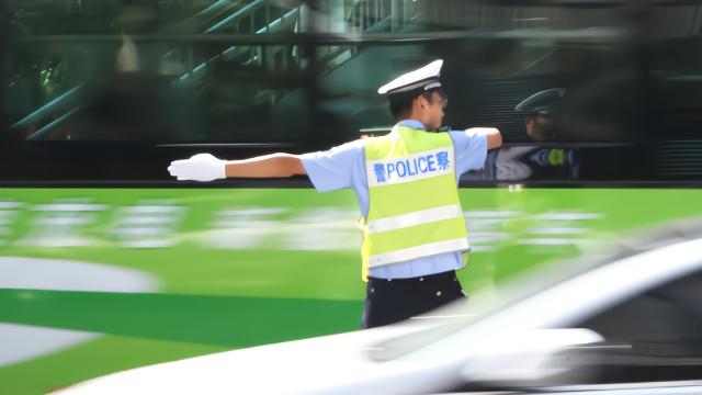 点赞 重庆交巡警高温下的坚守