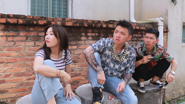 闽南语搞笑视频:老师脚伤遭学生嘲笑,村口混混主持正义