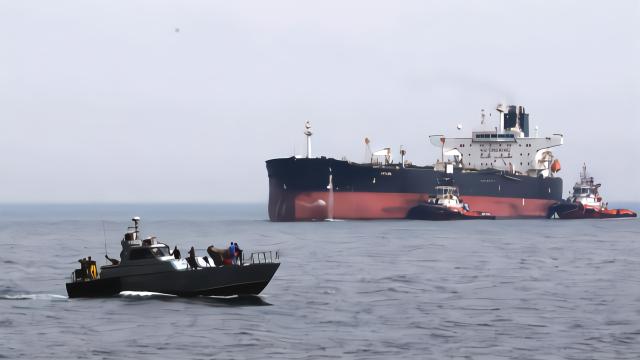 僵持6周后,伊朗油轮终于被释放,结果刚出港口美国就发出逮捕令