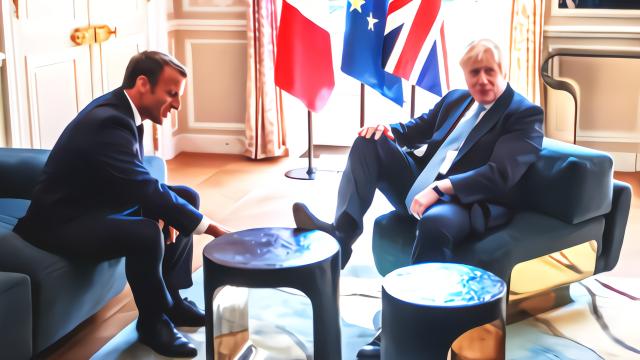 英国首相约翰逊踩桌子让马克龙擦鞋?这张照片让网友吵翻了