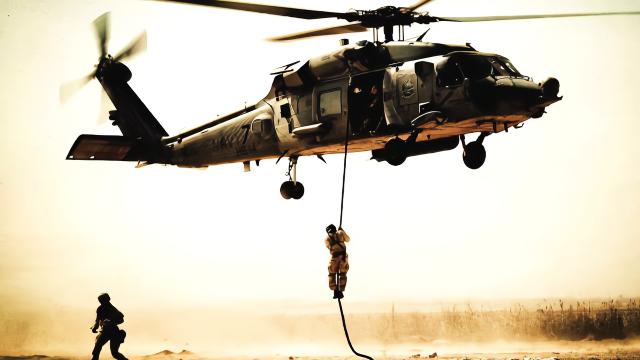 战斗突然打响,美军支援行动遭遇失败,两名美国空降兵被当场击毙
