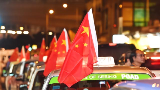 香港500多辆的士挂上国旗,司机:支持香港支持警务执法人员