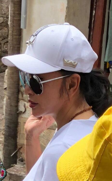 64岁刘晓庆侧颜照曝光,这才是她生活中的真实颜值