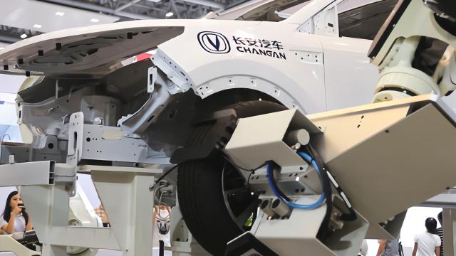 长安汽车实现机器人组装