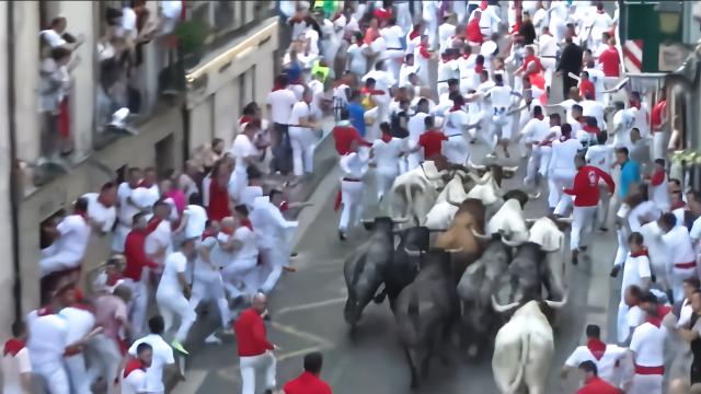 独特的西班牙奔牛节,首日就有5人受伤,公牛的下场却更惨
