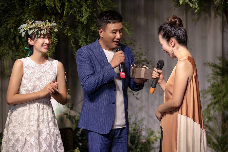 胡军为女儿举办18岁成人礼众明星好友到场祝福