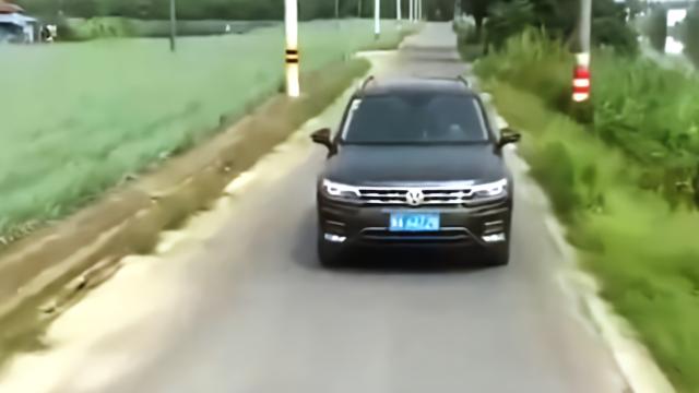 """狭窄路段私家车消防车会车 私家车一个举动被""""中国消防""""赞英雄"""