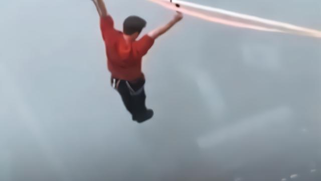 7人组团在350米高空绳索走钢丝  又走又蹦危险动作不停