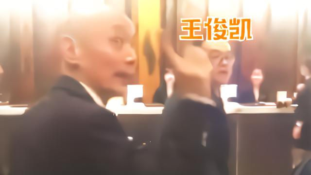 葛优被众多粉丝围堵,情急之下机智喊话:王俊凯在那