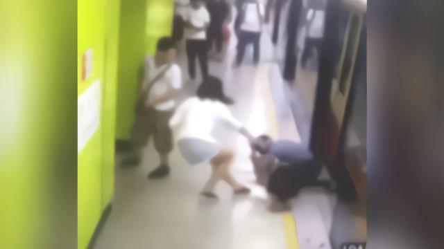 霸气!广州一女孩地铁再遇猥亵男 瞬间揪住衣领将其制服