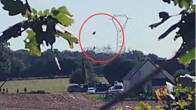比利时F-16战机在法国坠毁 飞行员被困高压电线