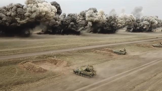实拍百米爆炸弹幕 俄军展示最新排雷步战车 即将实战部署叙利亚