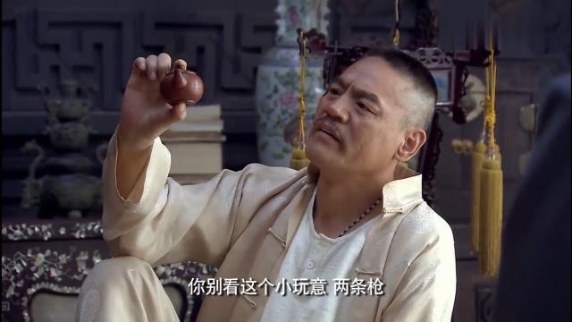 赵元庚手拿迷你版小茶壶,稀罕够呛!这是两把枪换的