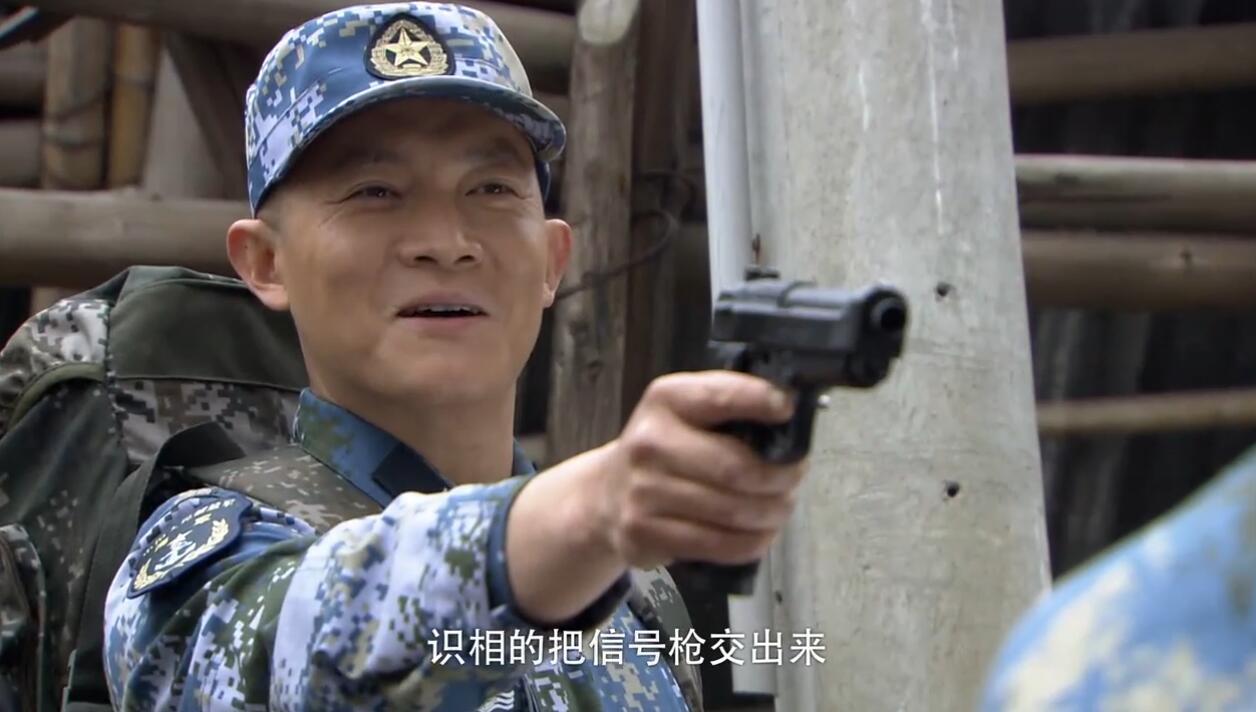 蒋小鱼发现急救包,直接拿枪走进工厂,让对方交信号枪