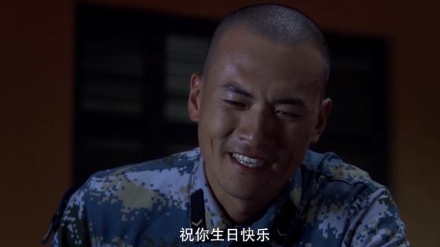 蒋小鱼哭着想念师傅,战友一旁唱生日快乐歌!这一幕太悲凉了