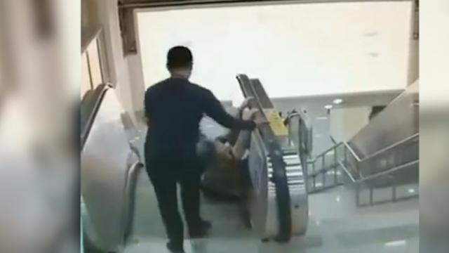 猝不及防!地铁电梯扶手带突然停转,两老人不慎摔倒
