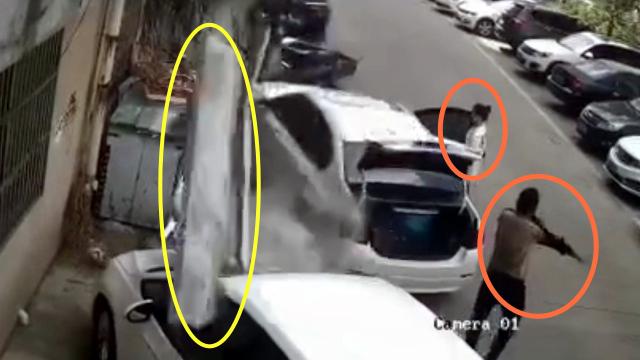 监拍:高空坠下水泥块地面轿车遭殃 一男一女受惊吓急躲避