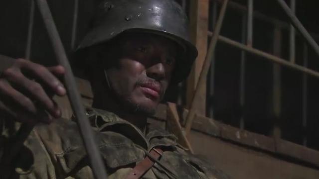 在坚持数天后,坚守南天门的战士十分狼狈,一个个灰头土脸