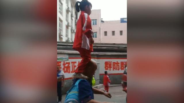 小女孩站爷爷肩膀去上学 爷爷:孙女有武术基础,这是日常生活