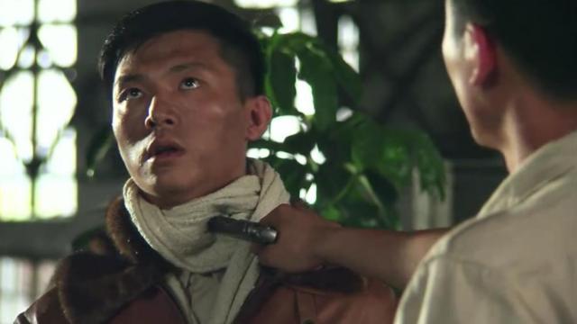 沈以琴说自己想投奔延安,少校直接掏枪顶他喉咙!怕的是他死