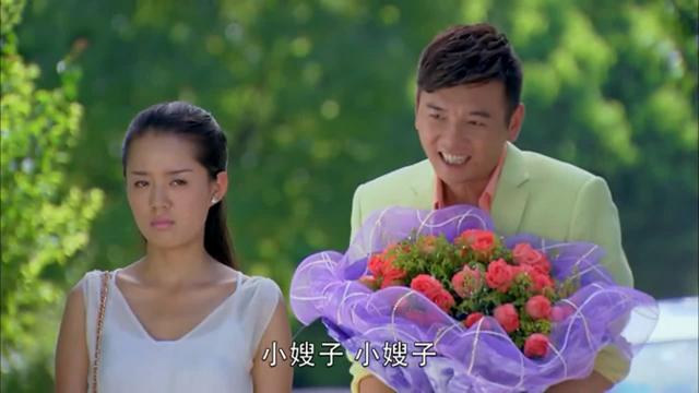 非缘勿扰:小伙给美女送花,惨遭美女拒绝!下一秒小伙竟喊嫂子