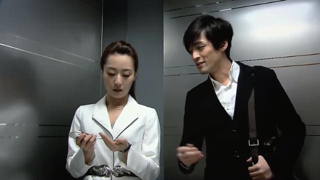 美女电梯伤心落泪,一旁男同事见了心疼,主动帮她分担工作