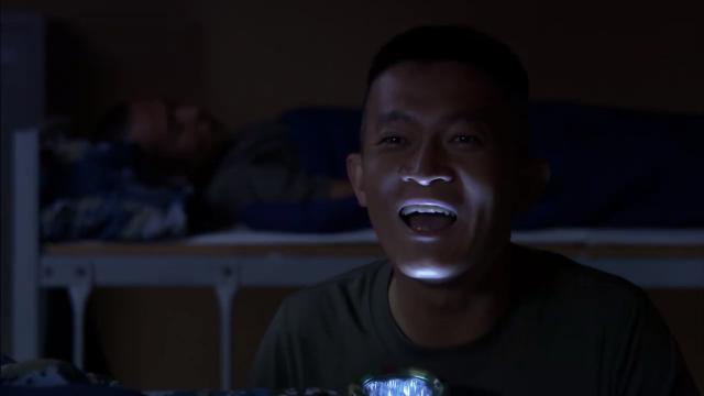蒋小鱼真是吓人!半夜不睡觉的他,竟打着手电喊别人