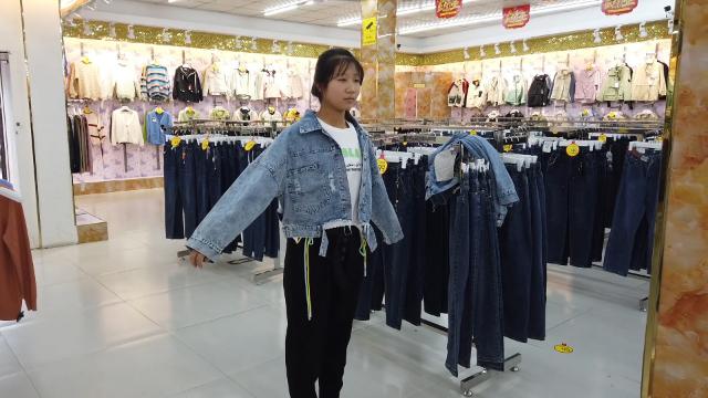 农村媳妇带小姑子上街买衣服,小姑子试穿一大堆,最后买了多少件