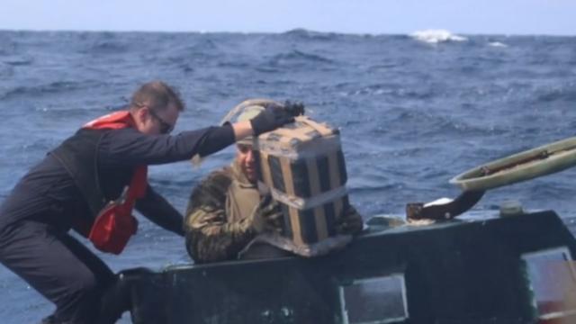 美国海警拦潜艇查获5吨毒品 现场画面曝光