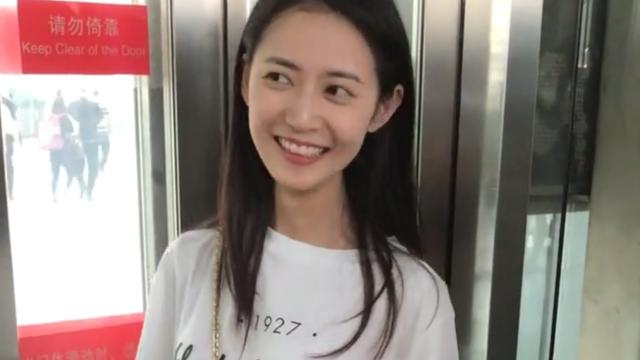 陈钰琪在电梯内笑的很美,这一笑就像甜过初恋!