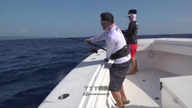 深海干大物,中鱼后鱼竿唰唰唰疯狂出线,钓鱼钓到手软!