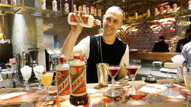 """敢喝酒精的俄罗斯人,为何被中国白酒""""镇住""""了?答案把我逗乐了"""