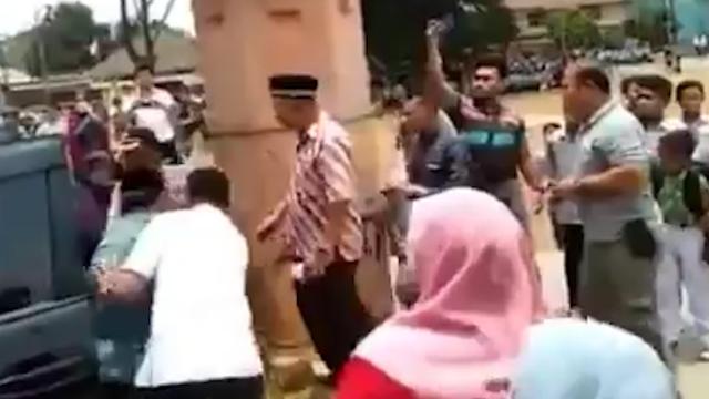 72岁的印尼安全部长下车时遇刺受伤 当场捂着腹部踉跄倒地