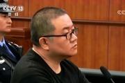 孙小果出庭受审:表情桀骜 眼神总瞥向某个方向