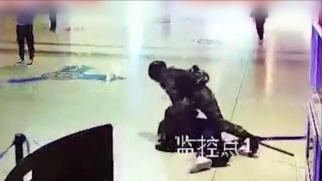 男子袭击武警被瞬间放倒:以为这样做能被遣送回家