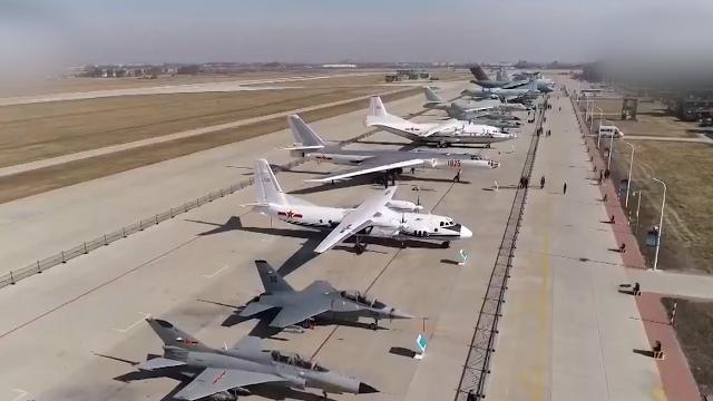 """航拍中国空军现役主战装备""""大合影"""":19架战机一字排列超壮观"""