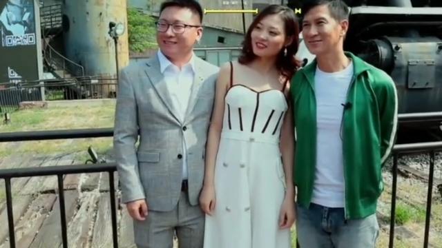 张家辉与新婚夫妇合影,新娘全程头歪向张家辉,新郎到底是谁?