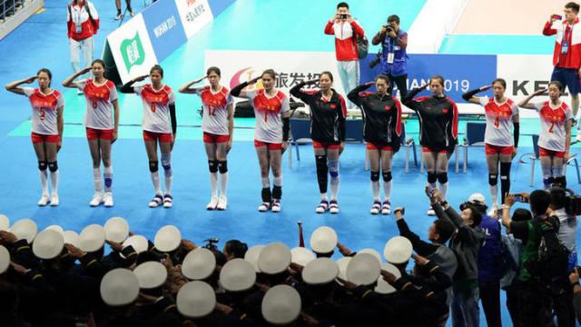 """军运会上中国女排与""""兵哥哥""""再次互动!互敬军礼引起全场欢呼"""