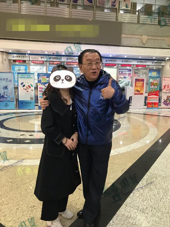 73岁侯耀华主动与女粉丝合影,搂肩搭背喜笑颜开,十分亲密!