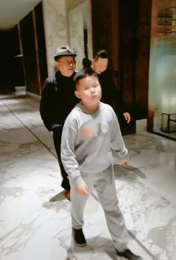 王刚的儿子 71岁王刚的11岁儿子近照曝光,父子逛街画面温馨有爱