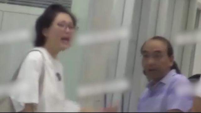 殷桃携母亲现身医院,素颜出镜显憔悴,情绪崩溃当众人面大吼