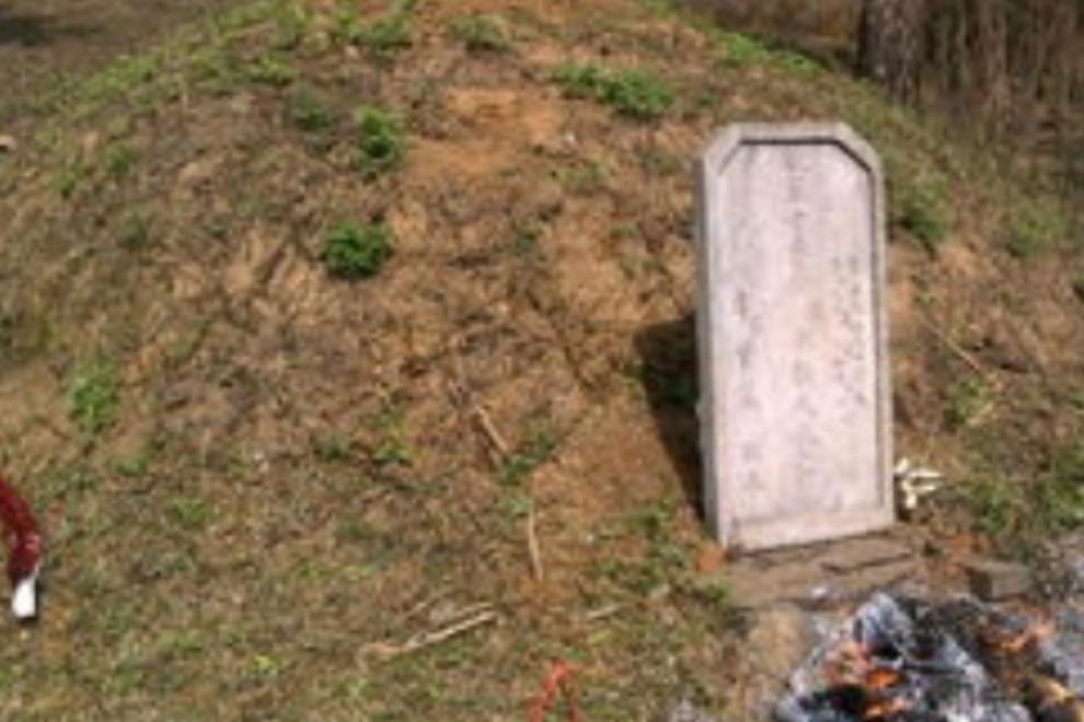 男子遭去世60年的爷爷托梦,说坟上有东西,捡到的物品吓男子一跳